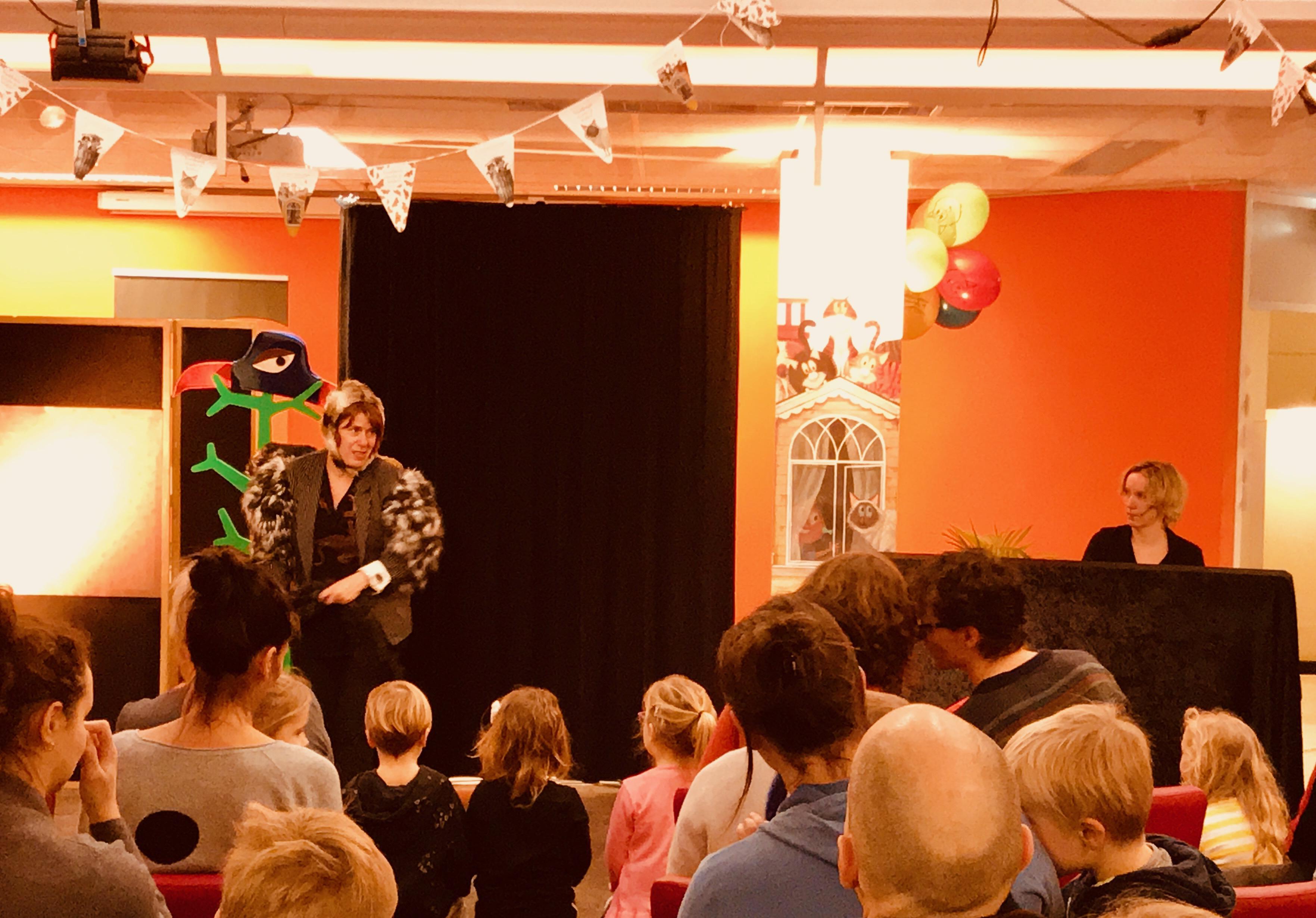 https://ziezus.nl/eigenzinnig-theater/wp-content/uploads/Kindervoorstelling-ZieZus-Bibliotheek-Utrecht-Nationale-Voorleesdagen-EEN-HUIS-VOOR-HARRY-interactief-meespelen-peuters-kleuters-IMG_7098.jpeg