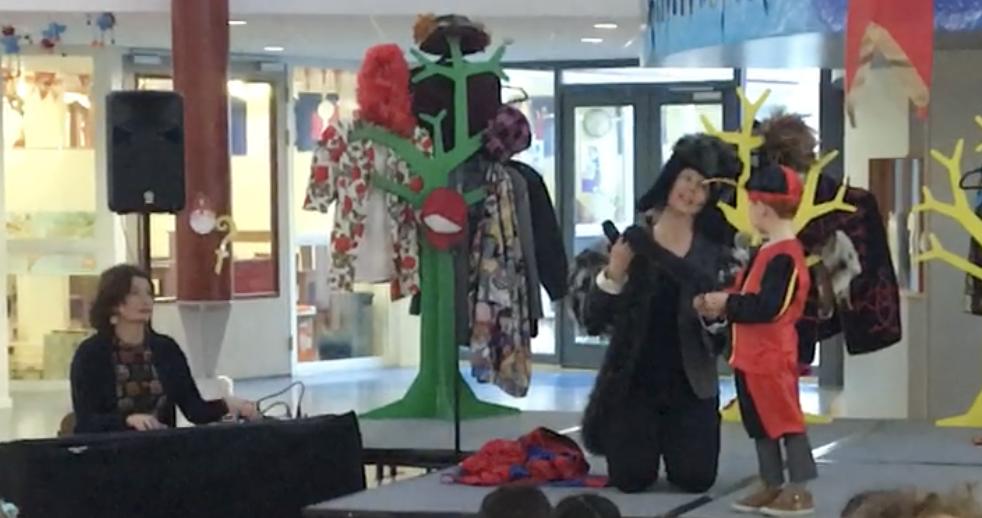 Sinterklaasvoorstelling met humor muziek en interactie van ZieZus 2