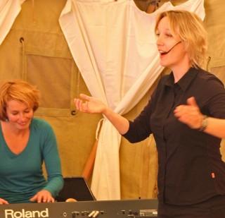 pianiste Jelke Smit en speler Hannah Borst bij NAC de Koppel